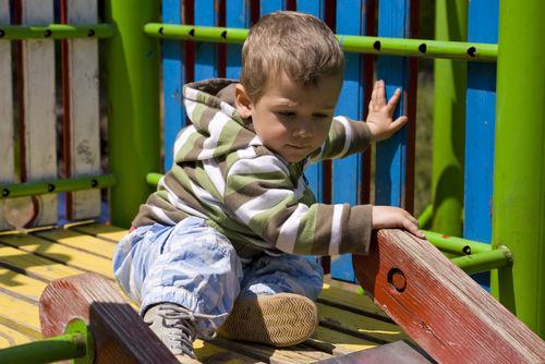 Klettergerüst Für Kinder : Spielplatz für kinder mit rutsche und klettergerüst